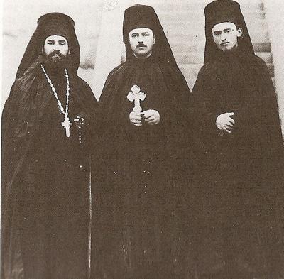 Protosinghel Teofan Mătăsaru (stânga), monahul Felix Dubneac (centru) şi Ieromonahul Nifon Matei (dreapta), cu ocazia călugariei - 1938