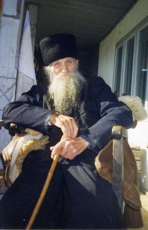 Părintele Marcu Dumitru în cerdacul chiliei