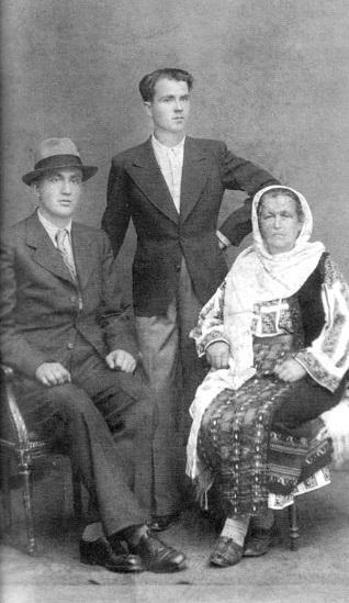 Petre Țuțea cu fratele Ion și mama sa