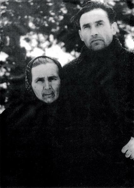 Valeriu Gafencu și mama la colonia Galda